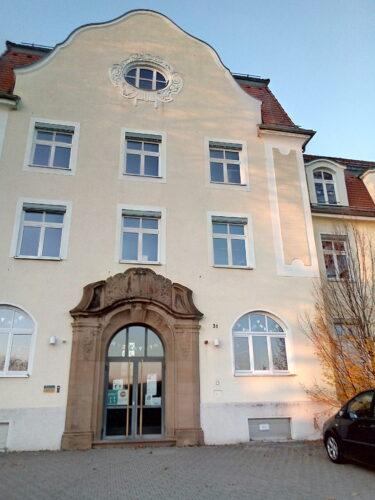 Eingangsportal Alice-Salomon-Schule – ehemaliges Israelitisches Landesasyl, Sontheim 2020 (Foto: Susanne Wein)