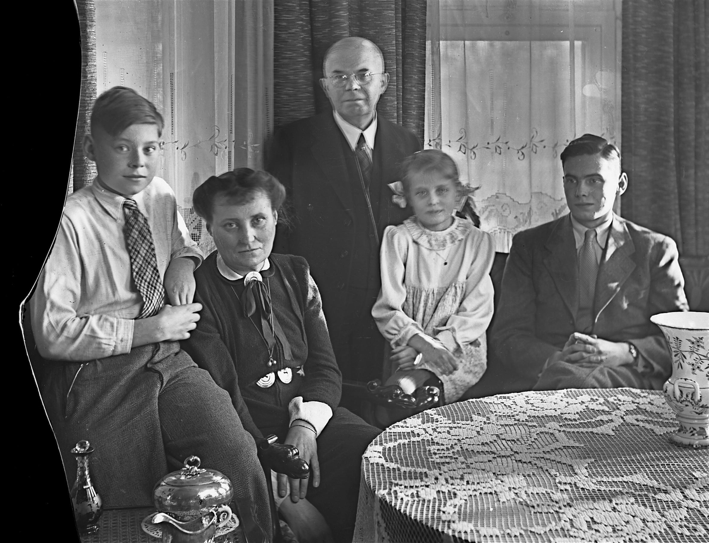 Carl Heumann (Mitte) mit Familie, um 1940